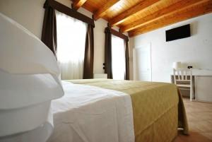 Camera Standard, particolare letto - Agriturismo Tenuta Kyrìos -  Salento, Puglia, Italy
