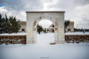 L'arco dingresso della Tenuta Kyrios completamente innevato © MAURO PALANO by www.tenutakyrios.it